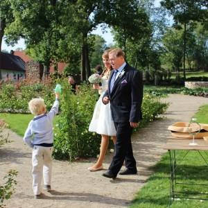 přichází nevěsta s tatínkem