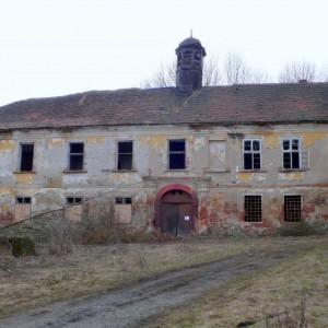 Pohled na žalostný stav zámku, východní průčelí, březen 2009