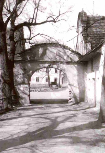 Vstupní barokní brána, která se nedochovala, stav 70. léta 20.století