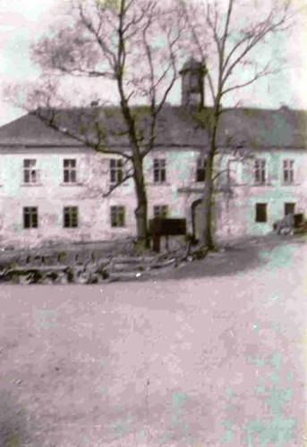 Na této fotografii ze 70.let 20.století zdobí východní průčelí zámku vzrostlé lípy
