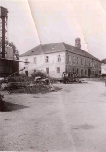Pohled na zámek od jihovýchodu, vlevo sila na obilí - 70.léta 20.století