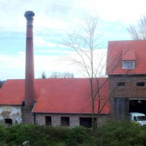 Nově opravené střechy hospodářských budov, rok 2010